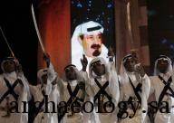 مؤدون يرفعون سيوفهم خلال أدائهم لرقصة تقليدية سعودية (العرضة السعودية) في الجنادرية - صورة من أرشيف رويترز