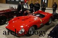 """زوار ينظرون الى السيارة فيراري الرياضية """"355 سكاجليتي"""" التي تعود لعام 1957 في معرض بباريس يوم الجمعة. تصوير: فيليب ووجازر - رويترز."""